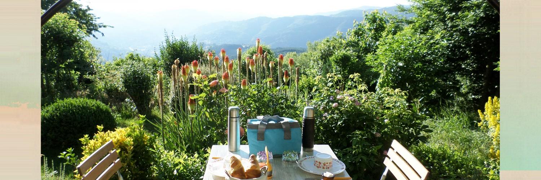 Ptit dèj en terrasse à nuits dy cimes hébergement insolite Ardèche Rhone alpes